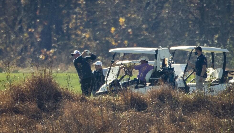 GOLF: Trump er på golfbanen lørdag. Foto: Olivier Douliery / AFP / NTB