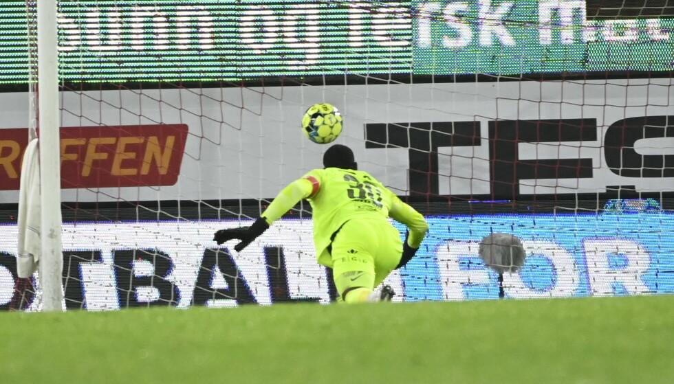 SELVMÅL: Ali Ahamada ser ballen gå inn i eget mål. Foto: NTB