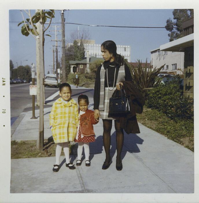 MED MOREN: Dette bildet fra 1970 viser Kamala Harris sammen med søstra Maya og moren Shyamala. Bildet er tatt utenfor leiligheten i Berkeley, California. Foto: Kamala Harris campaign/ AP/NTB Scanpix.