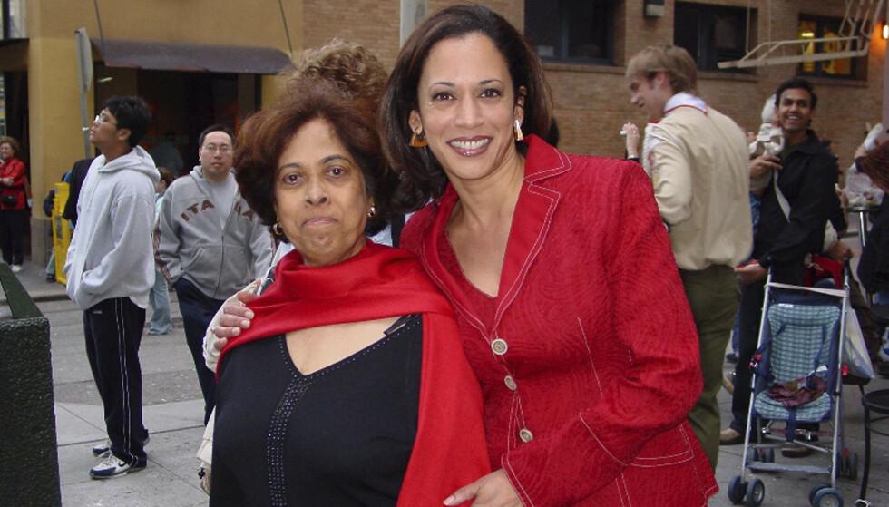 NÆRT FORHOLD: Kamala Harris brukte sin første tale som nyvalgt visepresident for Joe Biden til å hylle sin døde mor Shyamala Gopalan Harris. Dette bildet er tatt i 2007. Foto: Kamala Harris campaign / AP/ NTB.