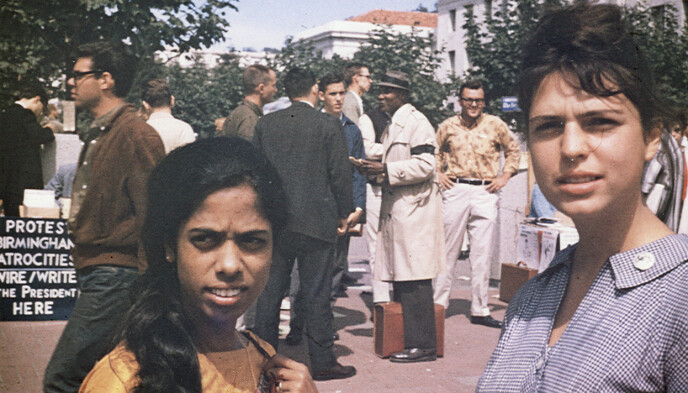 FORKJEMPER: Shyamala Gopalan kjempet for borgerrettighetene i USA da hun gikk på Berkeley universitetet i California. Her er hun sammen med venninna Lenore Pomerance. Foto: Kamala Harris campaign/AP/NTB Scanpix.