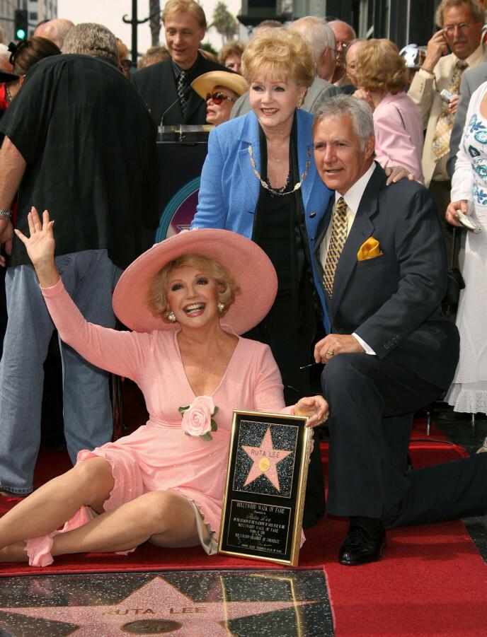 EN LEGENDE: Alex Trebek fikk i 2006 egen stjerne på Hollywoods «Walk of Fame». Det samme fikk Ruta Lee og Debbie Reynolds. Nå er det bare Lee som fortsatt lever. Foto: Jim Smeal/BEI/REX, NTB