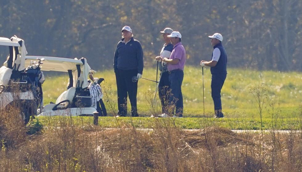 LØRDAG: President Donald Trump, her i midten, spilte golf i en turnering lørdag. Foto: Patrick Semansky / AP / NTB.