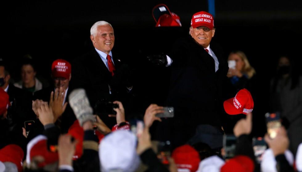 SISTE FOLKEMØTE: President Donald Trump og visepresident Mike Pence på deres siste Make America Great Again-folkemøte i Grand Rapids, Michigan. Trump tapte denne delstaten i valget. Foto: JEFF KOWALSKY / AFP