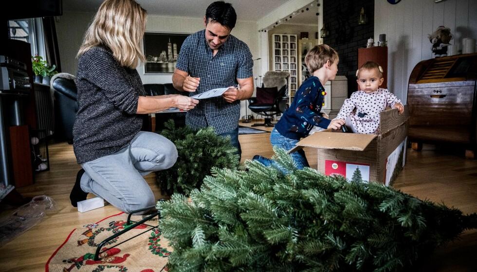ENGASJERER SMÅ OG STORE: Juletreet er et samlingspunkt for hele familien. Ikke bare når vi går rundt det eller deler ut gaver, men også når det monteres og pyntes. Foto: Aller Concept Store