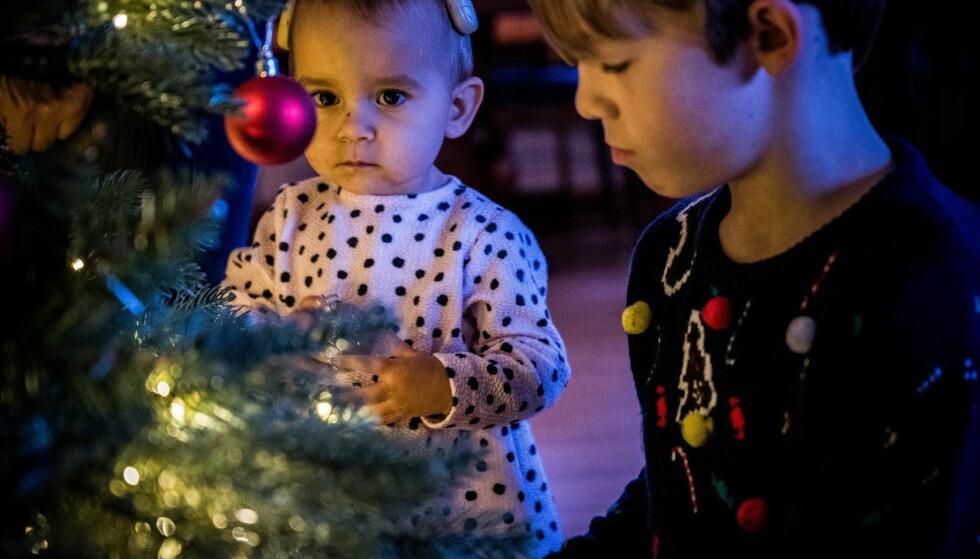 FORVENTNINGSFULLE: De fleste barn elsker juletreet. Men du må ikke ut i skogen og hugge ned et. Foto: Aller Concept Store