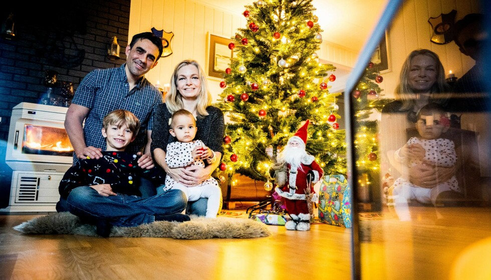 KLARE TIL JUL: Marianne og hennes familie er fornøyde med juletreet de har fått i hus, som kan brukes år etter år etter år. Foto: Aller Concept Store