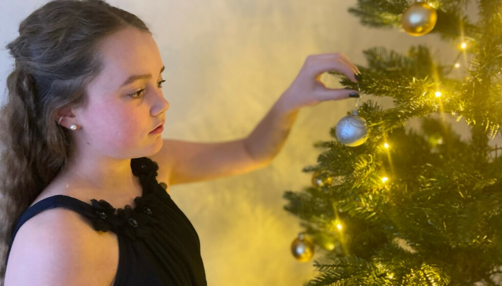 NATURTRO: Connie og hennes familie satte pris på de vakre lysene i treet. Foto: Privat