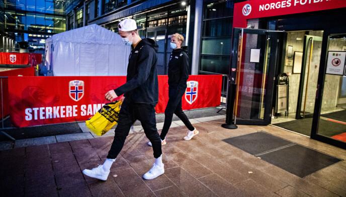 MED DORTMUND-POSE: Erling Braut Haaland forlater Ullevaal etter treninga. Foto: Bjørn Langsem / Dagbladet