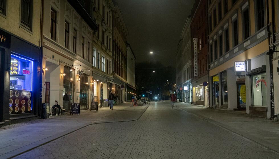 MANGE STENGER: Utesteder og restauranter i Oslo sentrum stenger på grunn av coronaviruset. Fra midnatt natt til tirsdag er det full skjenkestopp og sosial nedstengning. Foto: Fredrik Hagen / NTB