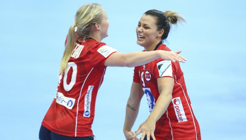 MED I EM-TROPPEN: Stine Bredal Oftedal og Nora Mørk. Foto: Vidar Ruud / NTB