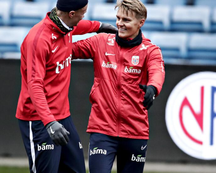 GODT HUMØR: Martin Ødegaard stortrives på landslaget. Her gir han og kompis Erling Braut Haaland hverandre en god klem. Foto: Bjørn Langsem / Dagbladet