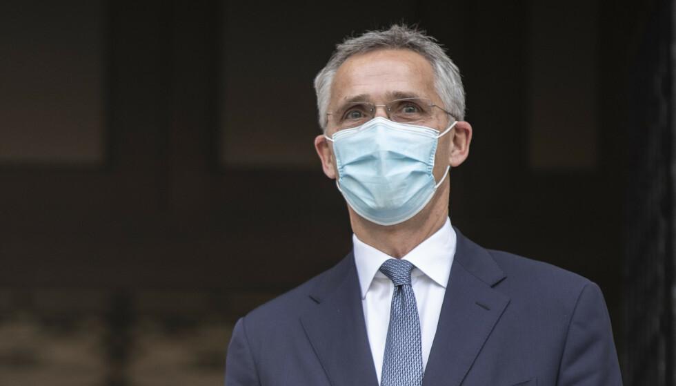 I CORONAENS TID: NATO-sjef Jens Stoltenbergs hverdag er også preget av pandemien. Vanligvis reiser han hver uke til et eller flere medlemsland, men i høst har han bare vært på besøk i Istanbul og i Aten, som var i konflikt, og en svipptur til Berlin. Foto: Petros Giannakouris/AP