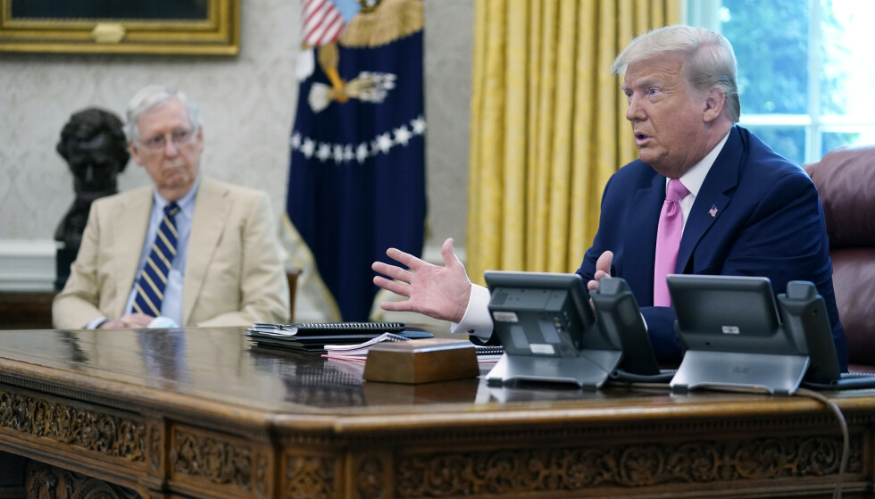 PÅ VEI UT: Mitch McConnell understreker at han mener Trump har rett til å utfordre valgresultatene juridisk. Civita-rådgiver Eirik Løkke mener Kentucky-senatoren er forsiktig nå, for å ikke frastøte seg Trump-støttespillere. Foto: AP Photo/Evan Vucci/NTB