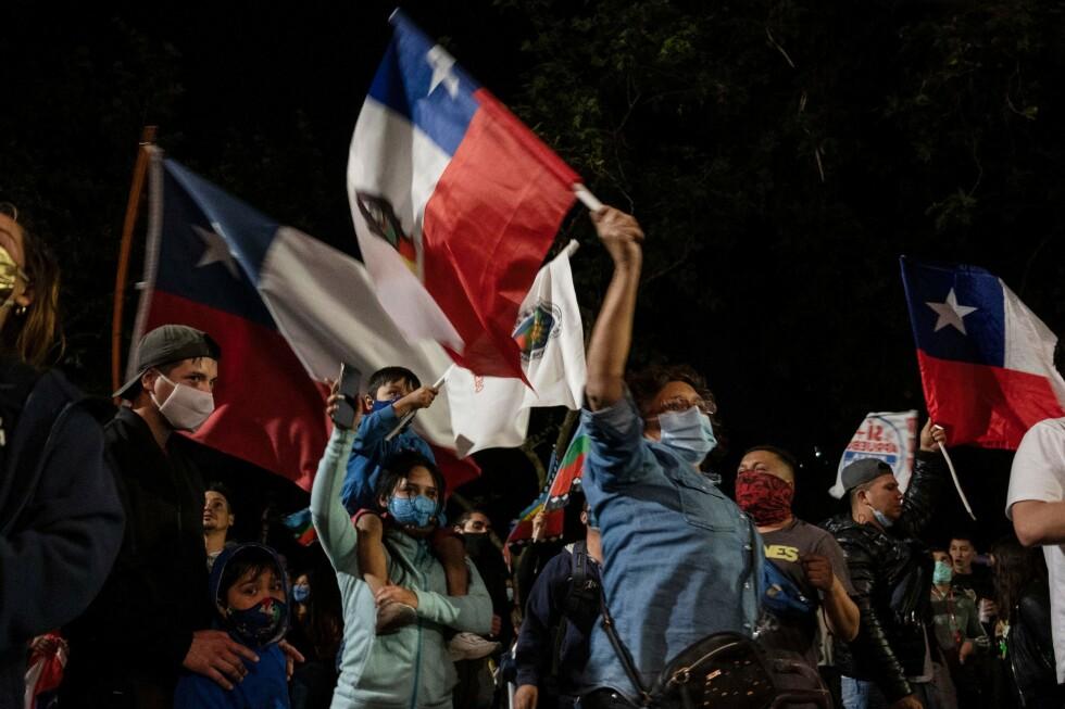 OVERVELDENDE: Folk feiret seieren for kravet om ny grunnlov i gatene i Santiago. Det er et endelig farvel med de politiske levningene etter det langvarige militære diktaturet. Foto: Pedro Ugarte / AFP / NTB