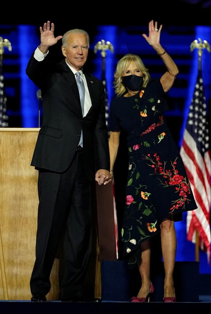 DESIGNERKJOLE: Det var altså denne blomstrete designerkjolen Jill Biden hadde på seg under sin første opptreden etter at det ble kjent at ektemannen hadde vunnet presidentvalget i USA. Foto: Reuters / NTB