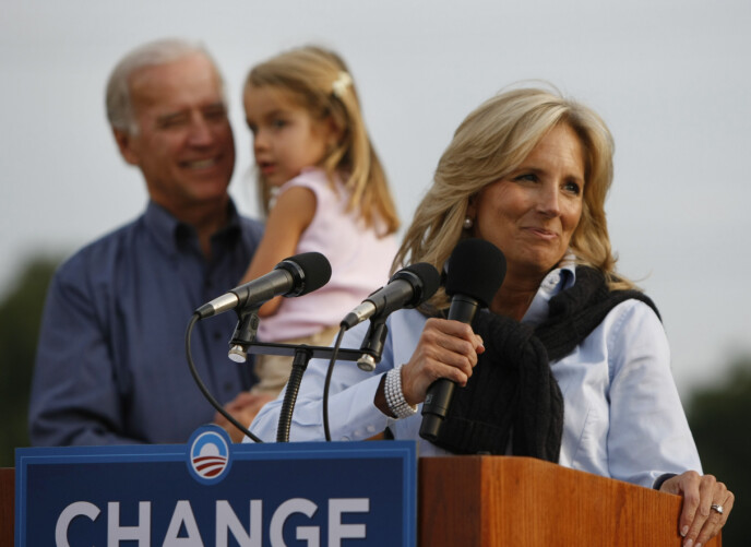 HOLDER DET ENKELT: Her er et klassisk eksempel på et Jill Biden-antrekk. Her er hun avbildet i 2008 iført en enkel lyseblå skjorte med en mørkeblå genser knytt over skuldrene. Foto: Gerald Herbert / AP Photo / NTB