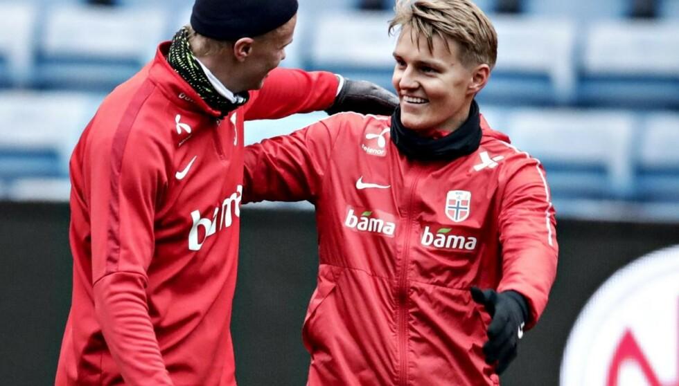UTFORDRINGER I KØ: Erling Braut Haaland (t.v.) og Martin Ødegaard har ei travel uke foran seg. Her fra tirsdagens trening på Ullevaal stadion. Foto: Bjørn Langsem / Dagbladet