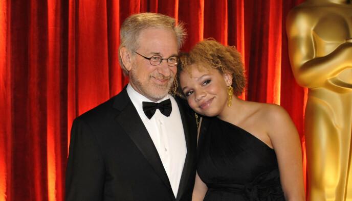 FAR OG DATTER: Den berømte regissøren Stevens Spielbergs datter Mikaela Spielberg avslørte nylig at hun har begynt i pornoindustrien. Her er far og datter under Oscar-utdelingen i 2009. Foto: AP / Chris Carlson / NTB