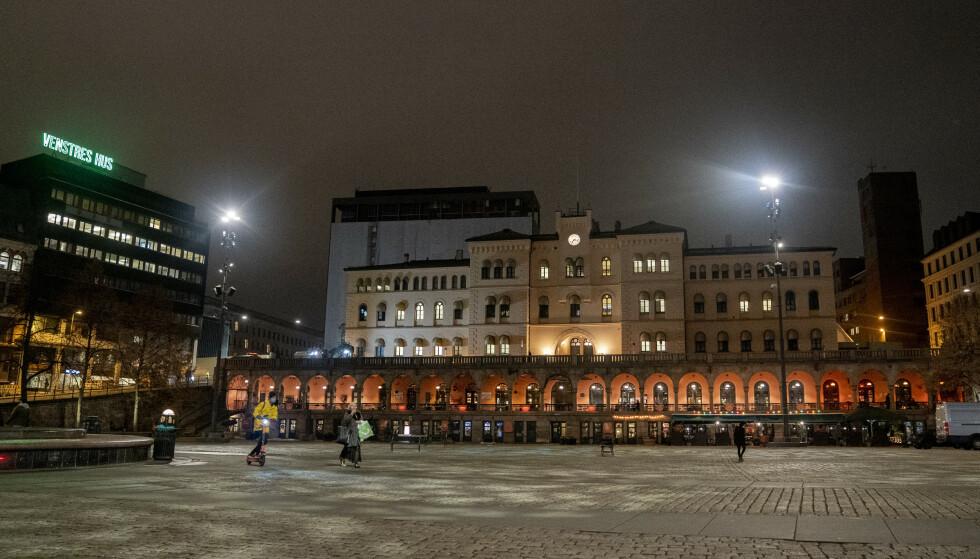 STENGER: Raymond Johansen har innført såkalt sosial nedstengning av Oslo. Blant annet er utesteder og treningssenter stengt. Foto: Fredrik Hagen / NTB