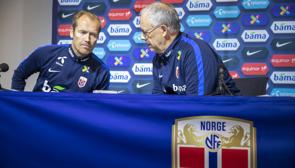 AVLYST: Landslagssjef Lars Lagerbäck t.h og mediesjef Svein Graff må vente til søndag på neste landskamp. Foto: Terje Pedersen / NTB