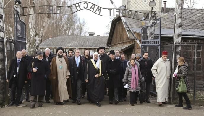 MÅ LÆRE: Muhammad al-Issa ledet en muslimsk delegasjon til konsentrasjonsleiren i Auschwitz i januar i år. De gikk sammen med en jødisk delegasjon. Foto: AP/NTB
