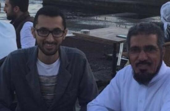 I FENGSEL: Her er Abdullah Alaoud (t.v) sammen med faren sin, den fengslede religiøse lederen Salman Alodah, i Istanbul i 2016. Siden september 2017 har Alodah sittet isolert i fengselet, og far og sønn har ingen kontakt. Alodah har over 13 millioner følgere på Twitter. Foto: Privat