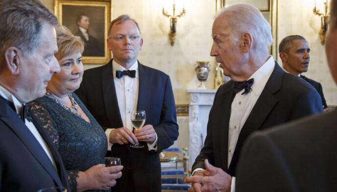GRATULASJONER: Visepresident Joe Biden slår av en prat med statsminister Erna Solberg og hennes ektemann Sindre Finnes før en statsmiddag i Det hvite hus i Washington i 2016. Solberg og Norge er blant dem som har gratulert Biden med seieren. Dagbladet har ikke fått svar på om Biden og Solberg har vært i kontakt etter valgseieren. Foto: Heiko Junge / NTB
