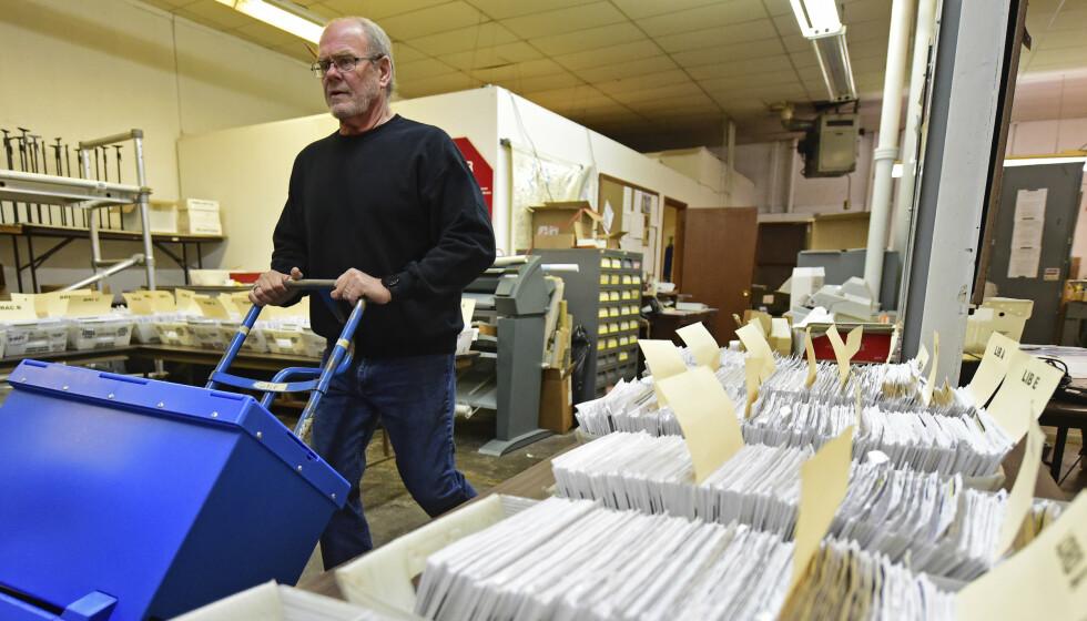 En valgmedarbeider frakter stemmer i et lokale i Warren, Ohio. Foto: David Dermer / AP / NTB