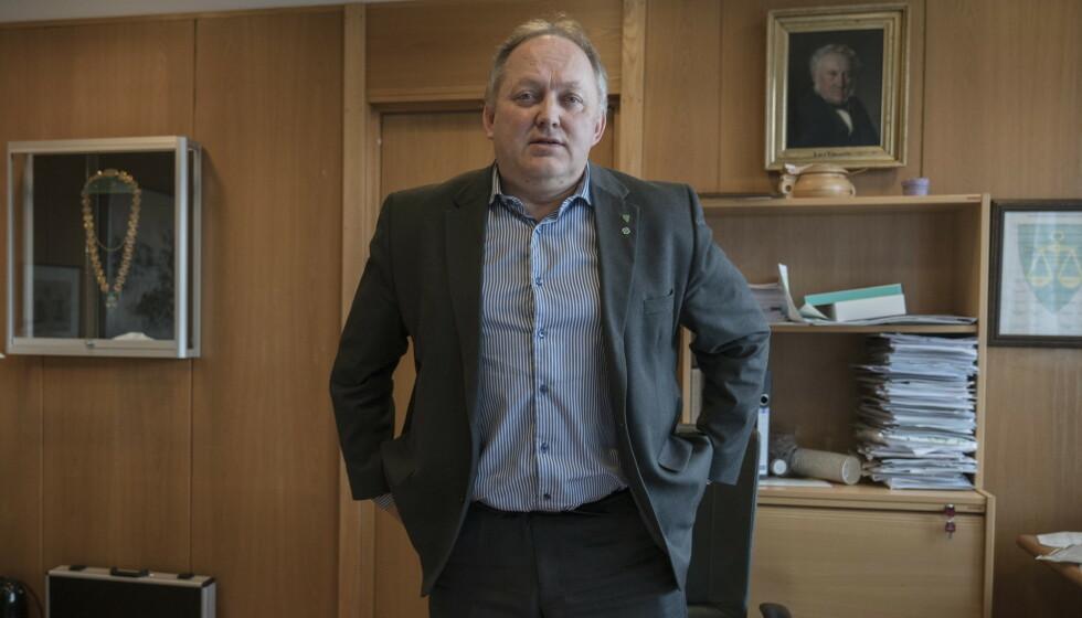 REAGERER: Ordfører John-Erik Vika reagerer på at det spres rykter om coronasmittede. Foto: Øistein Norum Monsen / Dagbladet