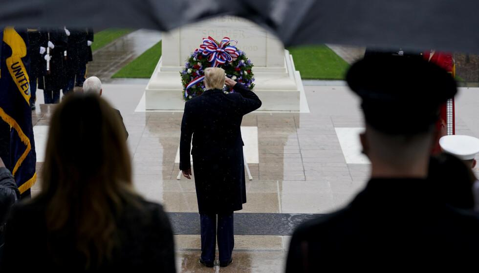 Donald Trump deltok ved en kransenedleggelse på veterandagen. Foto: Patrick Semansky / AP / NTB