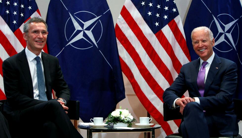 GLEDER SEG: NATO-sjef Jens Stoltenberg sammen med den nyvalgte amerikanske presidenten Joe Biden på sikkerhetskonferansen i Munchen i 2015. Nå får de to enda mer med hverandre å gjøre. Foto: Michaela Rehle/Reuters