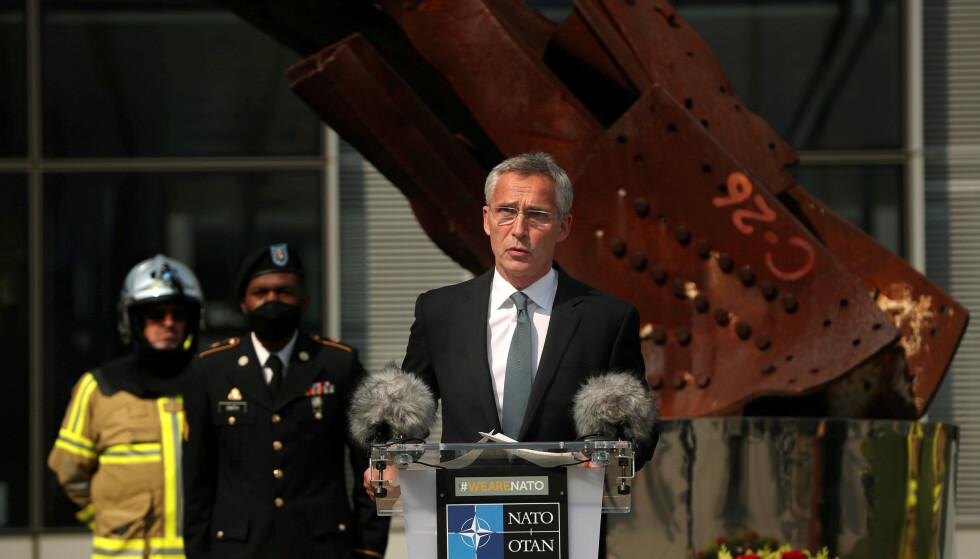 KAMPEN MOT TERROR: NATOs generalsekretær utenfor NATOs hovedkvarter i Brussel på 19 årsdagen for 11. september 2001. Den forvridde jerndelen bak er fra ett av tvillingtårnene som raste sammen etter terrorangrepet. Angrepet utløste NATOs artikkel 5, og førte til at NATO samlet gikk til kamp mot terror i Afghanistan. Foto: Francisco Seco/Reuters.