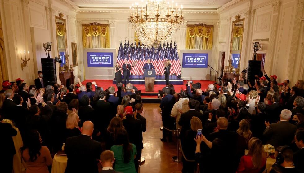 VALGVAKE: Svært mange var samlet i The East Room i Det hvite hus på valgdagen. Foto: Chip Somodevilla / AFP / NTB