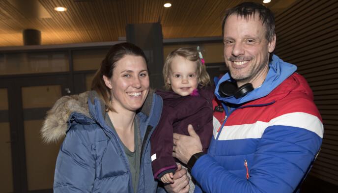FAMILIE: Trener Alexander Stöckl, samboer Ina Bergmann og datteren Isabel. Bildet ble tatt etter OL i 2018. Foto: Terje Bendiksby / NTB