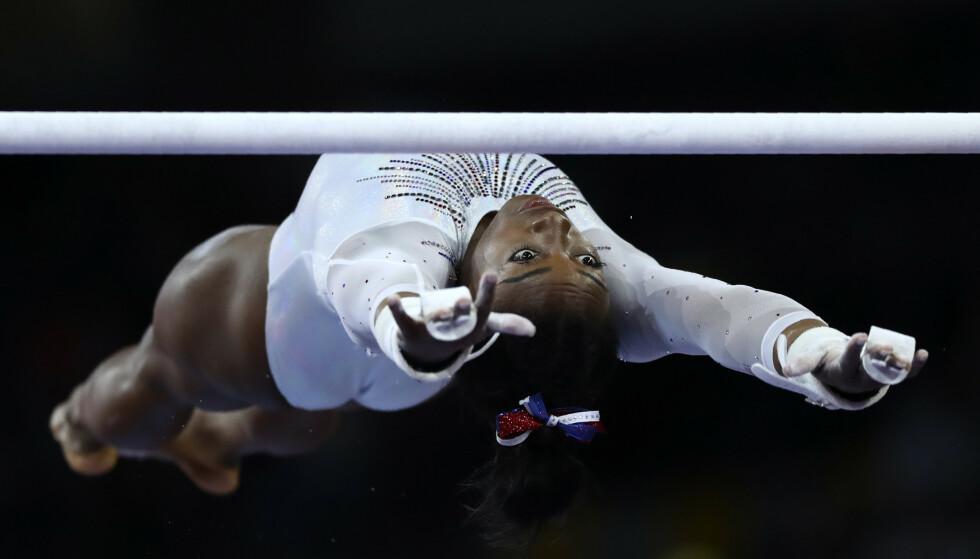 AKROBATISK: Simone Biles under fjorårets VM. Bildet er for øvrig prisbelønt i en internasjonal fotokonkurranse. Foto: NTB