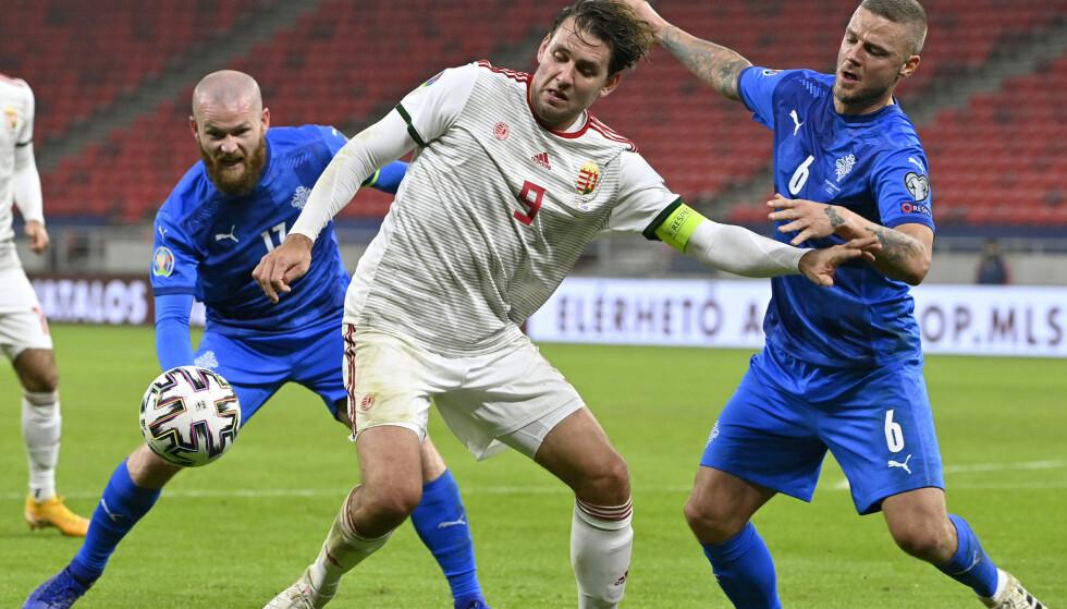 TAPTE DUELLEN: Islands Ragnar Sigurdsson (t.h.) og Aron Gunnarsson ble slått av Ungarn - her representert ved Adam Szalai. Foto: NTB