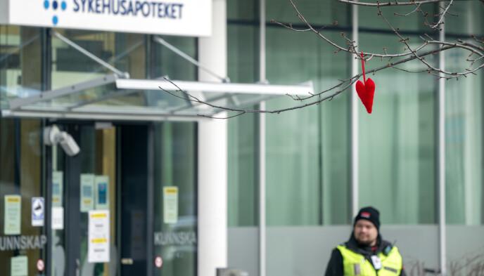 VAKTHOLD: Ved St. Olavs hospital er det vakter ved alle innganger. For å slippe inn, må alle pasienter og pårørende besvare en rekke spørsmål, men her opplever sykehuset at noen velger å snakke usant for å slippe inn. Foto: Gorm Kallestad / NTB