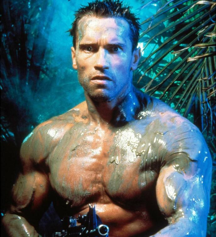 IKONISK: Schwarzenegger slik vi kjenner ham, som våpenkyndig bodybuilderactionstjerne med praktisk sveis. Bildet er fra filmen «Predator» (1987). Foto: NTB