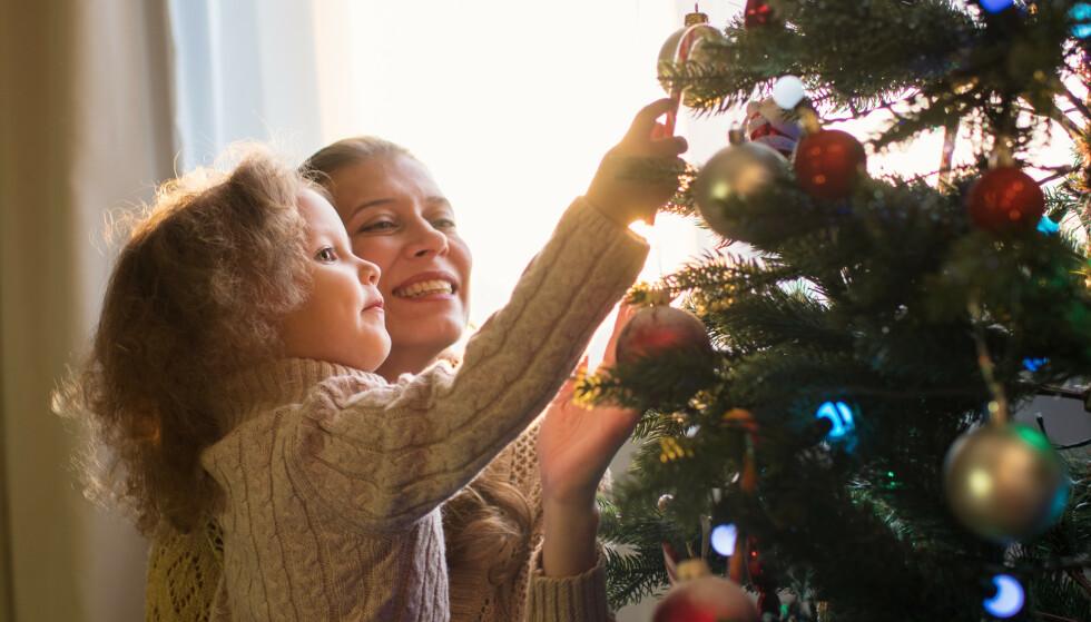 JUL: Nye tiltak mot coronapandemien kan sette begrensninger for den tradisjonelle julefeiringen, men slik kan man ha det hyggelig likevel. Foto: Shutterstock / NTB Scanpix.