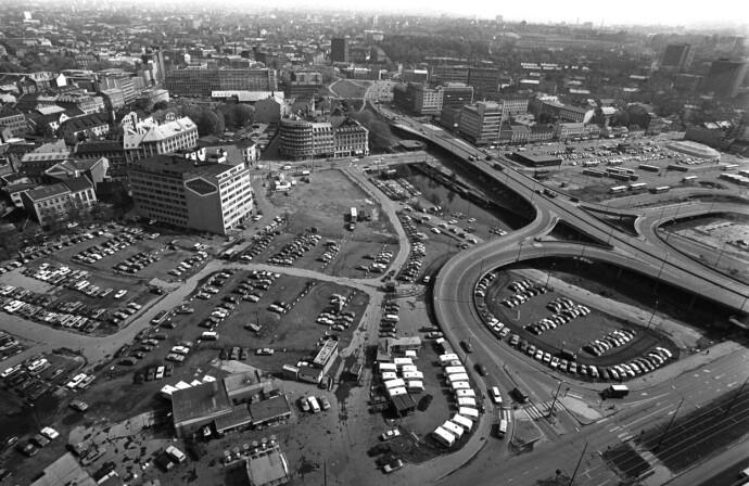 PARKERINGSPLASS: Vaterland og Grønland i 1979. Den store tomta vest for Akerselva, der Oslo Spektrum og Oslo Plaza ligger i dag, gjør nytte som trafikkmaskin og parkeringsplass. Foto: NTB