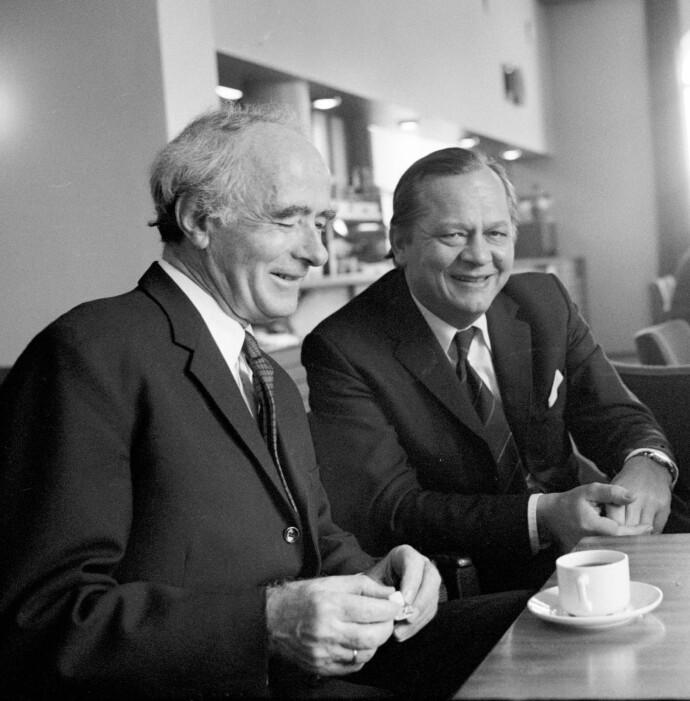 VELVILLIGE: Både daværende utenriksminister Knut Frydenlund og statsminister Trygve Bratteli mente muslimene burde få et sted å be og møtes. Her er de to avbildet i Stortingets kantine i 1975. Foto: NTB