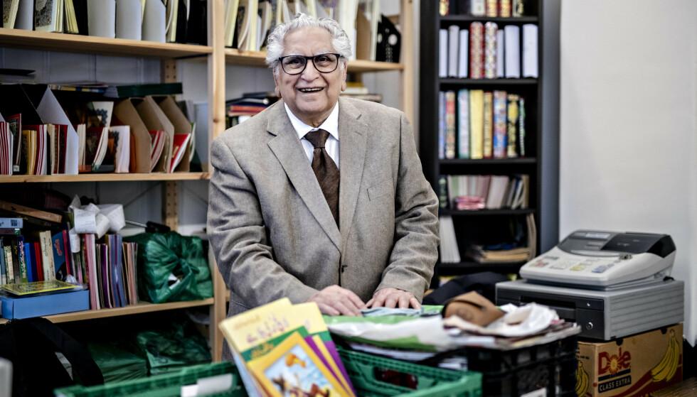 BOKHANDLER: Muhammad Anwar Soofi (78) har jobbet som lagermedarbeider, i kjøttbutikk, som morsmålslærer og mye annet. De siste tiåra er han kjent som bokhandleren på Grønland. Det er også skrevet bok om ham. Foto: Bjørn Langsem / Dagbladet