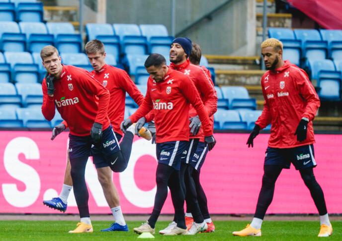 RAMMET: Omar Elabdellaoui (i midten) var det første coronatilfellet på fotballandslaget. Siden er ytterligere fire blitt smittet. Foto: Stian Lysberg Solum / NTB