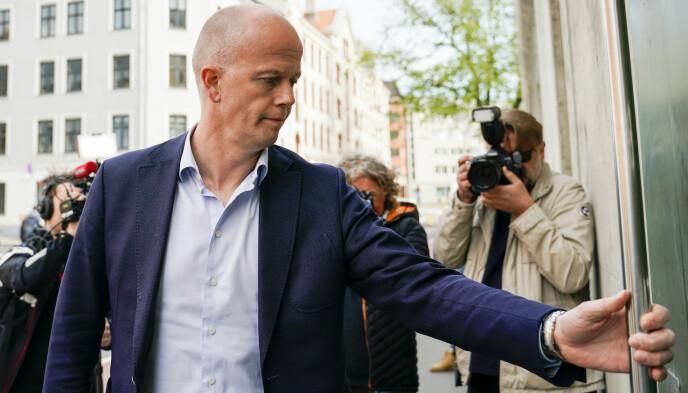 LØSLATT: Advokat Svein Holden på vei inn i Oslo fengsel for å hente Tom Hagen, dagen milliardæren ble løslatt. Foto: Fredrik Hagen / NTB