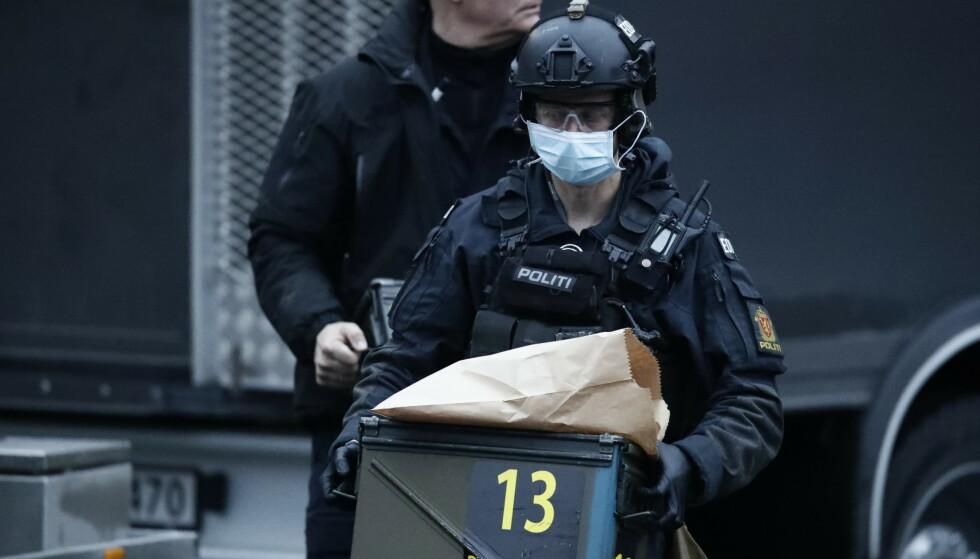 BOMBEGRUPPA: Politiets bombegruppe undersøkte dynamitten som ble funnet i en kjeller på Disen fredag ettermiddag. Foto: Bjørn Langsem / Dagbladet