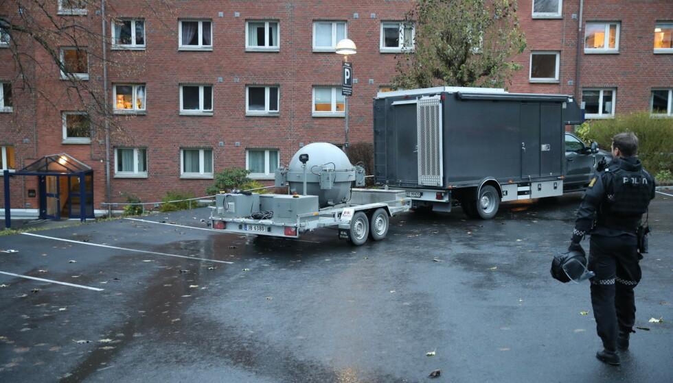 KJELLER: Bombegruppa tok seg inn i kjelleren rundt klokka 15.45 fredag. Foto: Bjørn Langsem / Dagbladet