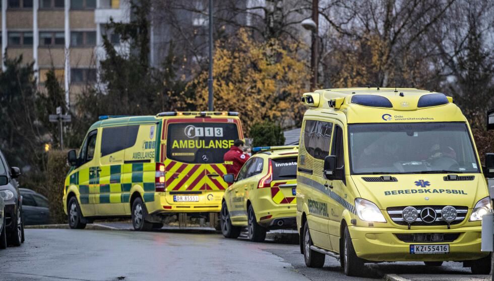 NØDETATENE: Nødetatene ved boligblokka på Disen. Alle beboerne i boligblokka ble evakuert, og området er sperret av. Foto: Bjørn Langsem / Dagbladet