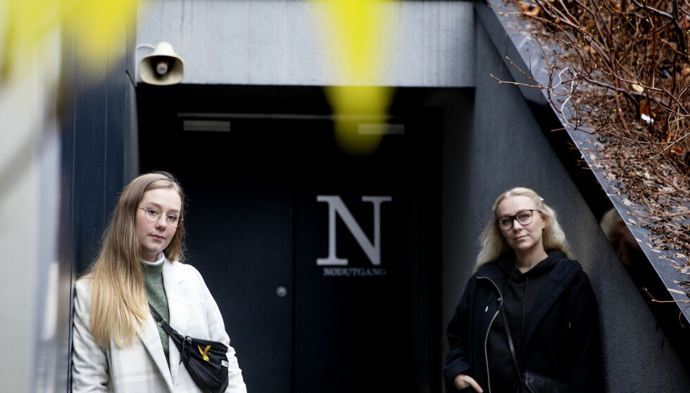 ØVELSE: Sykepleierstudentene føler seg presset til å delta på en øvelse de mener ikke overholder smittevern. Solveig Fosse (t.v) og Helene Aspen (t.h) Foto Kristin Svorte / Dagbladet