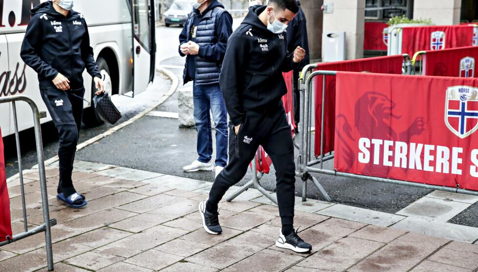 I KARANTENE: Her er Omar Elabdellaoui på vei til trening torsdag. I dag er han i karantene. Foto: Bjørn Langsem
